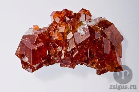 foto-kamen-granat-kristall-mineral
