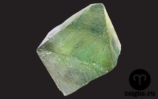 zelyonyj-neobrabotannyj-flyuorit-kamen