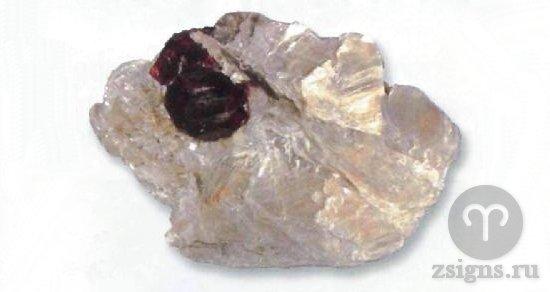 redkij-bescvetnyj-pirop
