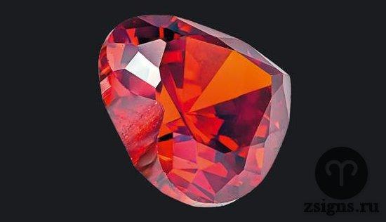 krasnyj-pirop-kamen
