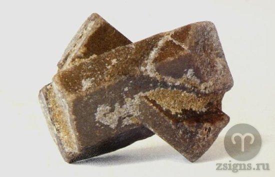 neobrabotannyj-kamen-stavrolit