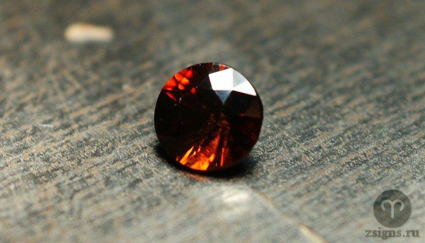giacint-kamen-magicheskie-svojstva-znak-zodiaka