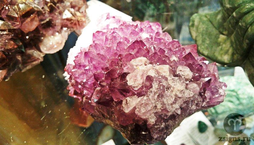 rozovyj-ametist-kamen-magicheskie-svojstva-znak-zodiaka