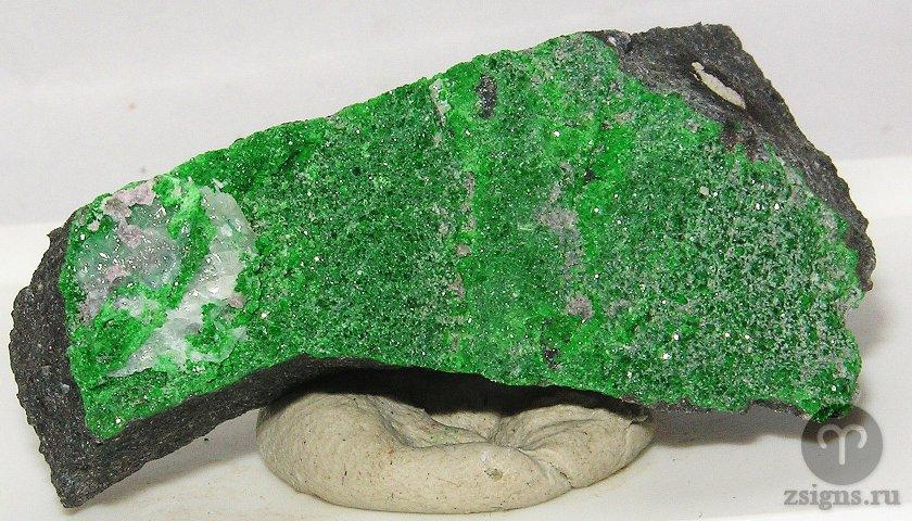 uvarovit-kamen-magicheskie-svojstva-znak-zodiaka