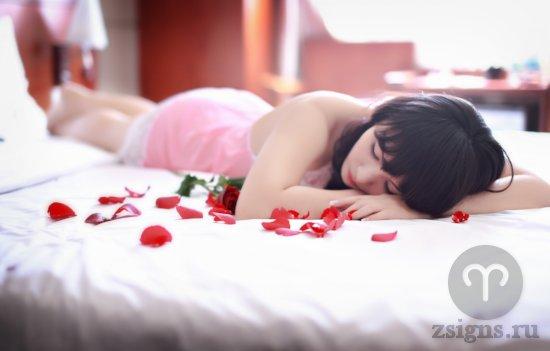 devushka-lezhit-na-posteli-v-lepestkah-roz