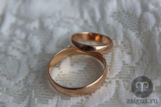 zolotye-obruchalnye-kolca-na-svadebnom-kruzheve
