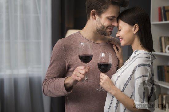vlyublyonnaya-para-svidanie-romanticheskij-vecher-vino-obyatiya
