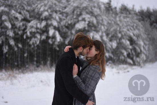vlyublyonnaya-para-celuetsya-v-zimnem-lesu