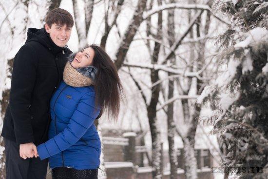 vlyublyonnaya-para-v-zimnem-parke