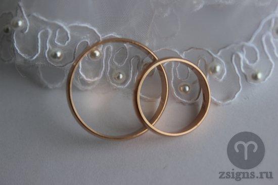 zolotye-obruchalnye-kolca-i-svadebnoe-kruzhevo