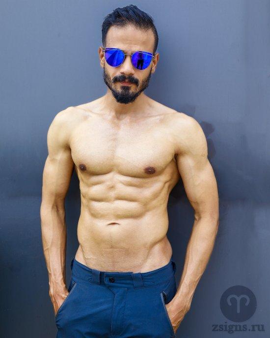 muzhchina-golyj-tors-press-muskuly-ochki-boroda-sport