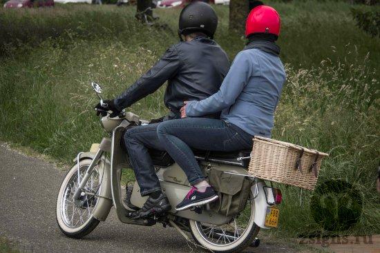 vlyublyonnye-paren-devushka-lyubov-motocikl-belyj-poezdka-shlem-krasnyj