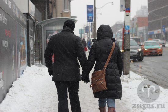 vlyublyonnye-paren-devushka-lyubov-ruki-gorod-ulica-zima