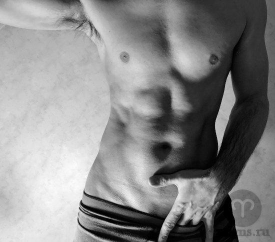muzhchina-pare-golyj-tors-myshcy-muskuly-sportivnyj-ruka-trusy