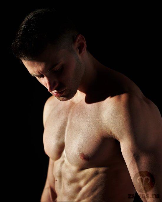 muzhchina-golyj-tors-muskuly-myshcy