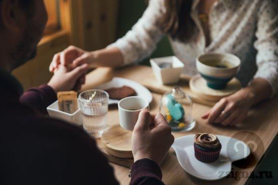 vlyublyonnye-paren-devushka-lyubov-svidanie-kafe-kofe-tort