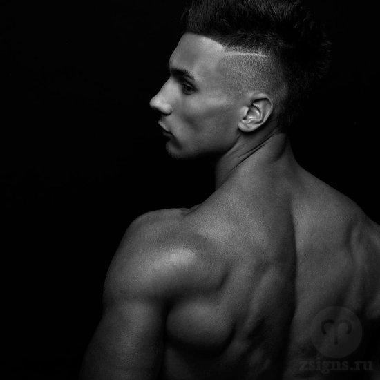 paren-molodoj-chelovek-golyj-tors-muskuly-myshcy