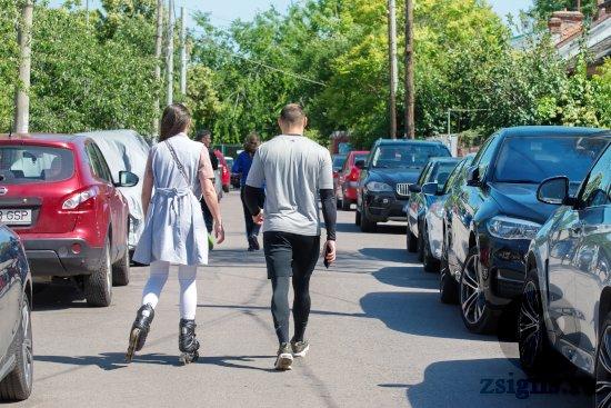 druzya-paren-devushka-park-progulka-roliki-probezhka-mashiny