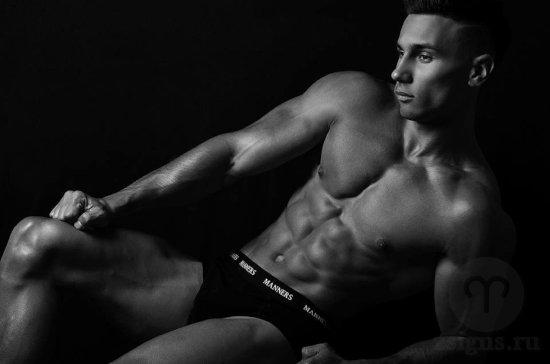 muzhchina-paren-nizhnee-belyo-trusy-sport-fitnes-myshcy-muskuly