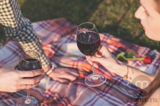 vlyublyonnye-paren-devushka-piknik-vino-park