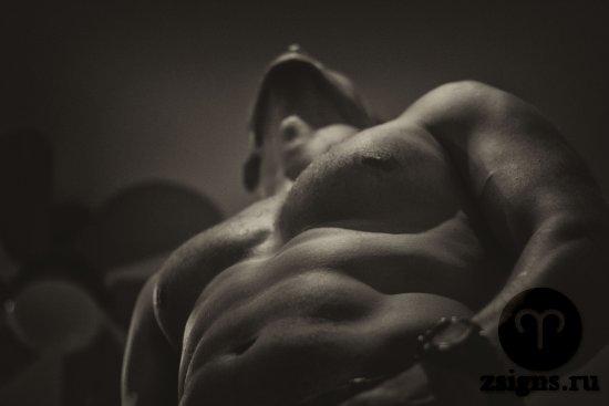 muzhchina-golyj-tors-muskuly