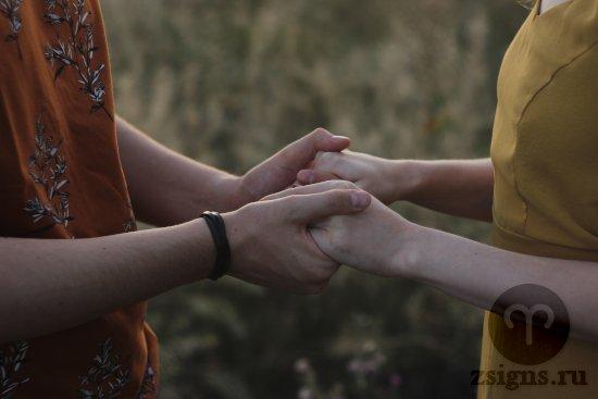 vlyublyonnye-muzhchina-zhenshchina-ruki-pole-trava-priroda