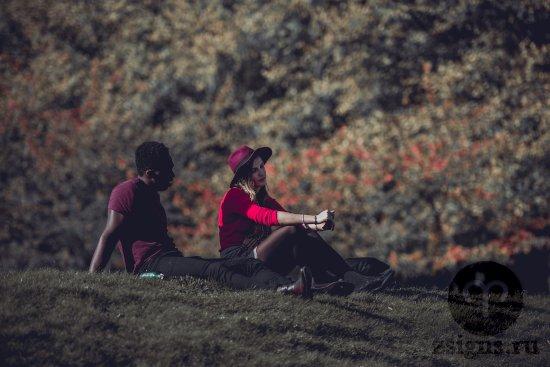 druzya-muzhchina-zhenshchina-negr-park-trava-priroda