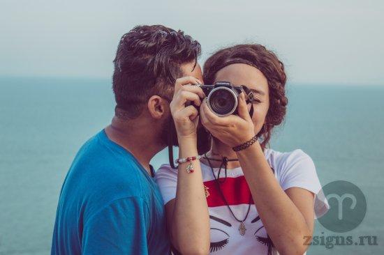 vlyublyonnaya-para-paren-devushka-more-fotoapparat-fotograf