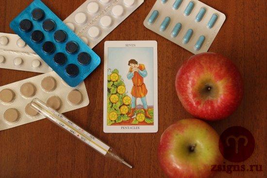 karta-taro-semyorka-pentaklej-tabletki-gradusnik-yabloki-na-derevyannom-stole