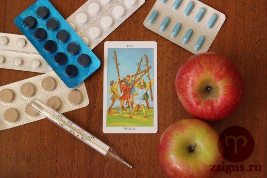 karta-taro-pyatyorka-zhezlov-tabletki-gradusnik-yabloki-na-derevyannom-stole