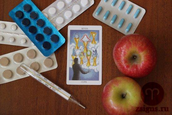 karta-taro-semyorka-kubkov-tabletki-gradusnik-yabloki-na-derevyannom-stole