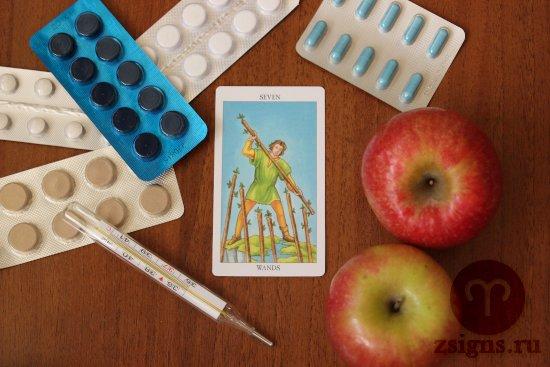 karta-taro-semyorka-zhezlov-tabletki-gradusnik-yabloki-na-derevyannom-stole
