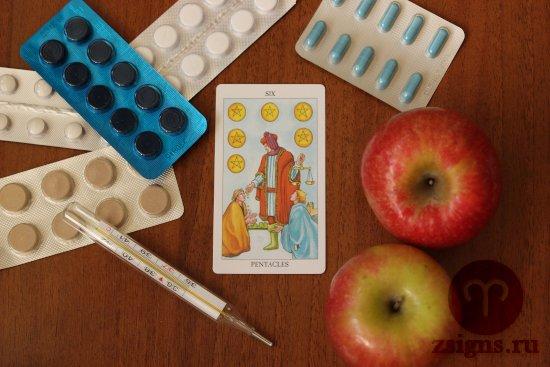 karta-taro-shestyorka-pentaklej-tabletki-gradusnik-yabloki-na-derevyannom-stole