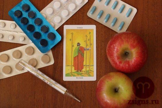 karta-taro-trojka-zhezlov-tabletki-gradusnik-yabloki-na-derevyannom-stole