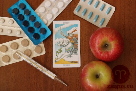 karta-taro-rycar-mechej-tabletki-gradusnik-yabloki-na-derevyannom-stole