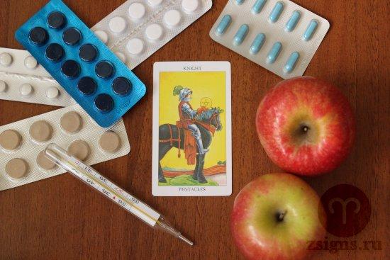 karta-taro-rycar-pentaklej-tabletki-gradusnik-yabloki-na-derevyannom-stole