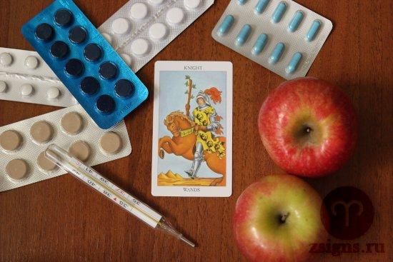 karta-taro-rycar-posohov-tabletki-gradusnik-yabloki-na-derevyannom-stole