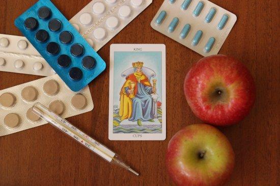 karta-taro-korol-kubkov-tabletki-gradusnik-yabloki-na-derevyannom-stole