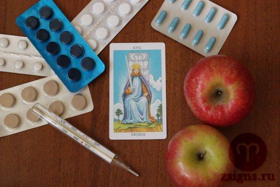 karta-taro-korol-mechej-tabletki-gradusnik-yabloki-na-derevyannom-stole