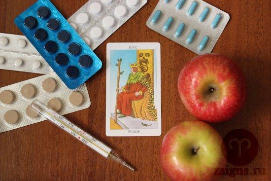 karta-taro-korol-zhezlov-tabletki-gradusnik-yabloki-na-derevyannom-stole