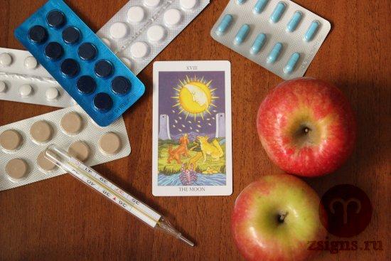 karta-taro-luna-tabletki-gradusnik-yabloki-na-derevyannom-stole