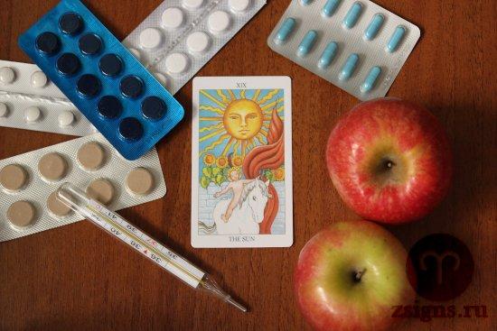 karta-taro-solnce-tabletki-gradusnik-yabloki-na-derevyannom-stole