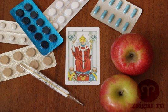 karta-taro-ierofant-tabletki-gradusnik-yabloki-na-derevyannom-stole