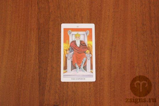 karta-imperator-na-derevyannom-stole