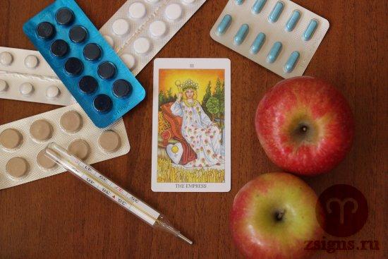 karta-taro-imperatrica-tabletki-gradusnik-yabloki-na-derevyannom-stole