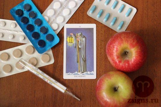 karta-taro-otshelnik-tabletki-gradusnik-yabloki-na-derevyannom-stole