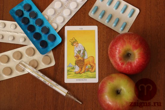 karta-taro-sila-tabletki-gradusnik-yabloki-na-derevyannom-stole