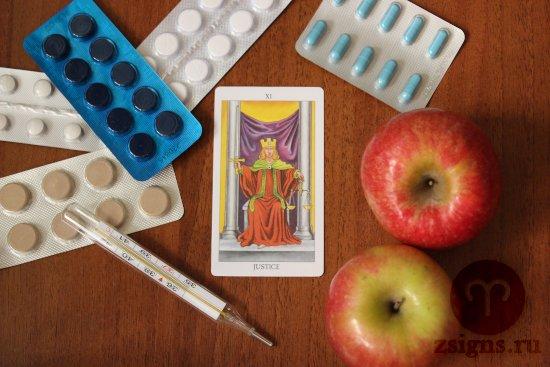 karta-taro-spravedlivost-tabletki-gradusnik-yabloki-na-derevyannom-stole